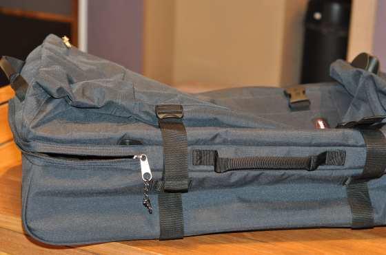 Le sac-valise de Jo 121l dans deux compartiments séparés